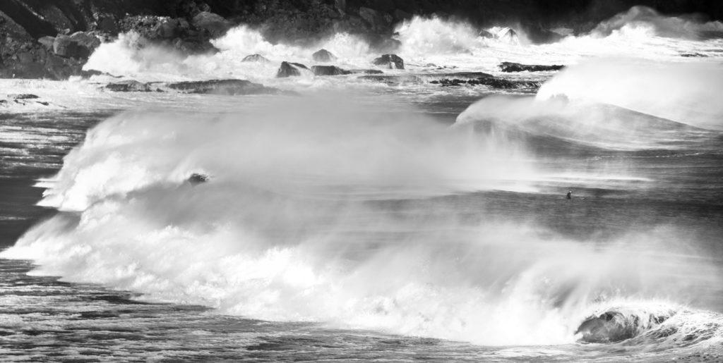 Da qualche parte nei Catlins un surfista aspetta il set di onde giusto